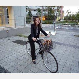会社設立当時。銀座かいわいの顧客のもとに行く時には自転車を使っていた。(提供写真)