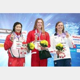 日本記録更新で、自身初となる国際大会のメダルを手にした池江瑠花子。テイラー・ラック(中)、ケイティ・レデッキー(右)と(C)日刊ゲンダイ