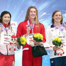 日本記録更新で、自身初となる国際大会のメダルを手にした池江瑠花子。テイラー・ラック(中)、ケイティ・レデッキー(右)と