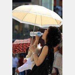 水分を補給しながら歩く人も…(写真はイメージ)(C)日刊ゲンダイ