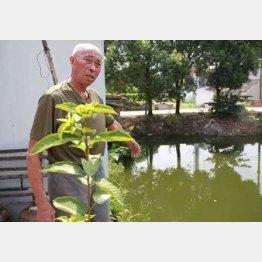 溺れていた場所を指差して状況を説明する徐さん(中国国際放送のフェイスブックから)