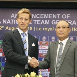 カンボジア協会会長と握手する本田圭佑(左)