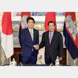 安倍首相とフン・セン首相(C)共同通信社