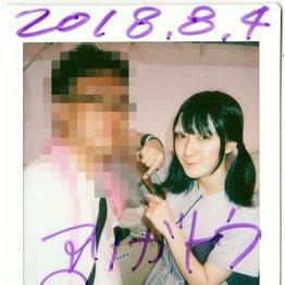 「NEO JAPONISM」の美人・相澤萌楓とチェキ。とにかく暑く、彼女も額に冷却シートを貼っていた