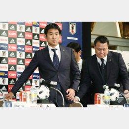 森保監督(左)と日本サッカー協会・田嶋会長(C)日刊ゲンダイ