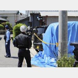 ブルーシートに覆われた麗輝さんの車(C)共同通信社