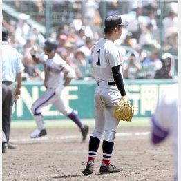 横浜・板川投手は8回裏に逆転3ランを浴び呆然(C)日刊ゲンダイ