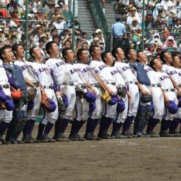 準決勝で日大三を破り校歌を歌う金足農の選手たち