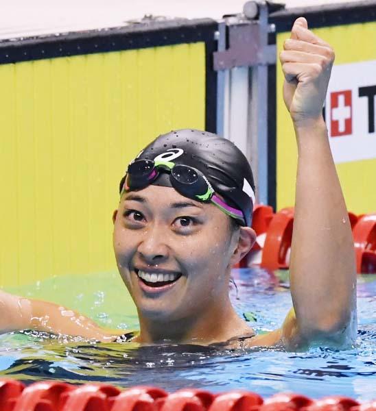女子100メートル平泳ぎで優勝した鈴木聡美(C)共同通信社