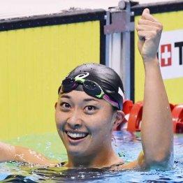 女子100メートル平泳ぎで優勝した鈴木聡美