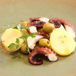 【タコ、ジャガイモ、オリーブのサラダ アンチョビー風味】スペインかギリシャのバル気分