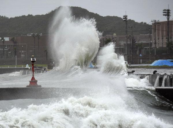 台風の影響で千葉県銚子市の海岸に激しく打ち寄せる波(C)共同通信社