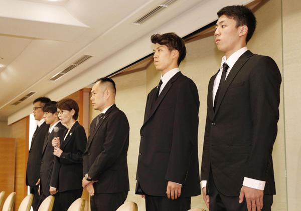 20日夜、謝罪会見を開いた4選手と三屋会長(中央左)、東野技術委員(同右)/(C)共同通信社