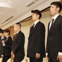 20日夜、謝罪会見を開いた4選手と三屋会長(中央左)、東野技術委員(同右)