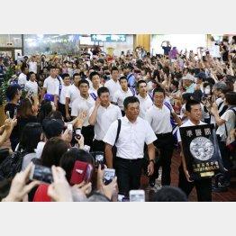 大勢が出迎える中、秋田空港に到着した金足農の選手ら(左列の前から2人目が吉田)/(C)共同通信社