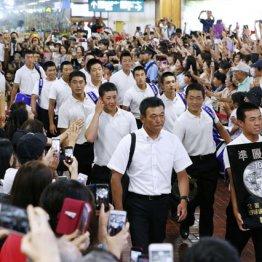 大勢が出迎える中、秋田空港に到着した金足農の選手ら(左列の前から2人目が吉田)