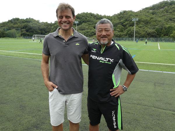 イタリア人指導者バルドー二氏(左)とツーショット(写真・元川悦子)