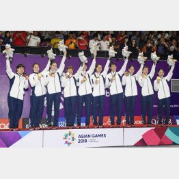 表彰式で金メダルを手に笑顔の日本チーム(C)共同通信社