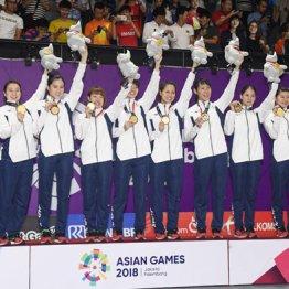 表彰式で金メダルを手に笑顔の日本チーム