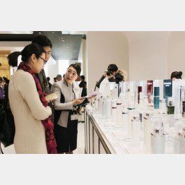 化粧品を買い求める訪日客(C)共同通信社