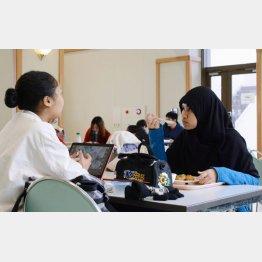 ハラール食を楽しむ留学生(C)共同通信社