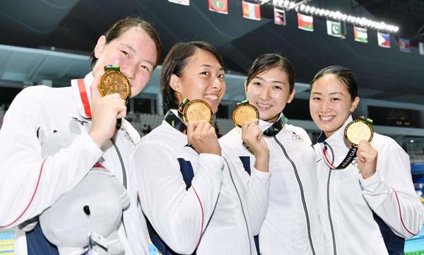 5個目の金メダルを手にした池江(右から2人目)(C)共同通信社