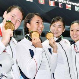 5個目の金メダルを手にした池江(右から2人目)