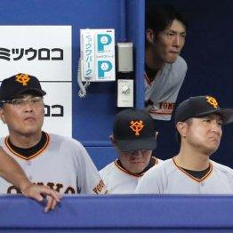 冴えない表情で試合を見つめる由伸監督(右)