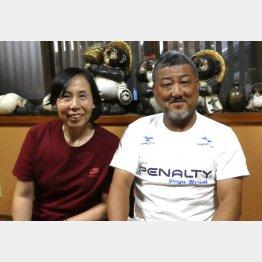 左は妻の直美さん(写真)元川悦子
