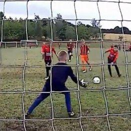 GK初戦は11失点惨敗…英サッカー少年に有名選手が続々激励