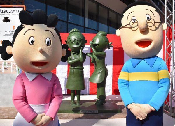 福岡市早良区の市道沿いに設置されたサザエさん(奥右)と作者・長谷川町子さんの銅像(C)共同通信社