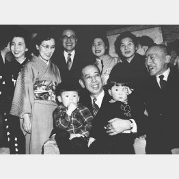 首相に就任した祖父の岸信介に抱かれる安倍晋三(右)/(C)共同通信社