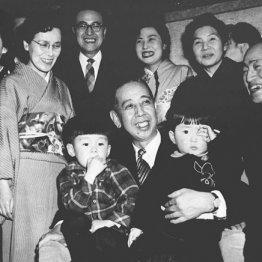 首相に就任した祖父の岸信介に抱かれる安倍晋三(右)