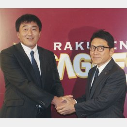 立花球団社長と握手する石井GM(左)/(C)共同通信社