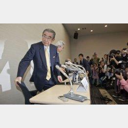 鈴木氏の退任会見(C)日刊ゲンダイ