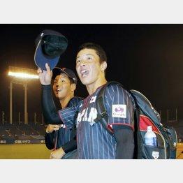 球場を引き揚げる際に観客席の声援に応える吉田(C)日刊ゲンダイ
