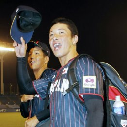 球場を引き揚げる際に観客席の声援に応える吉田