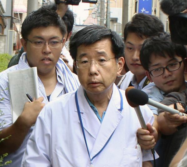 記者に囲まれる藤掛陽生病院長(C)共同通信社