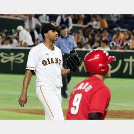 延長10回に押し出し四球を与えたアダメス(左)/(C)日刊ゲンダイ