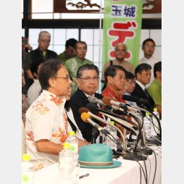 玉城氏の右隣には翁長知事の帽子が(C)日刊ゲンダイ