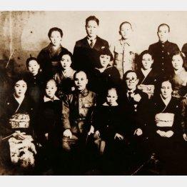 三木さんは前列左から2番目、祖父母は前列右から1番目と2番目。父は後列左から2番目、母は中列右から2番目(提供写真)
