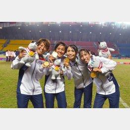 金メダルを掲げるなでしこたち(左からDF有吉、FW岩渕、DF鮫島、MF中島)/(撮影=早草紀子)