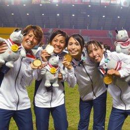 金メダルを掲げるなでしこたち(左からDF有吉、FW岩渕、DF鮫島、MF中島)