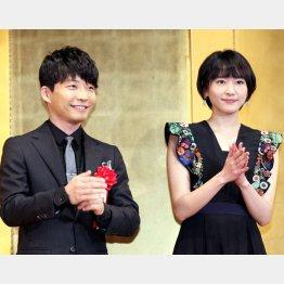 昨年は2人そろって「エランドール賞」の授賞式に登壇した(C)日刊ゲンダイ