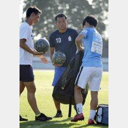 選手と一緒にボールを片付ける(C)日刊ゲンダイ
