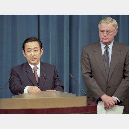 1996年4月、米軍普天間飛行場の全面返還合意を発表する橋本首相とモンデール大使(首相官邸)(C)共同通信社