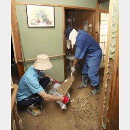 西日本豪雨災害で家の中の土砂を掃除する人たち(C)日刊ゲンダイ