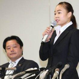 宮川の告発会見に同席する山口弁護士(左)