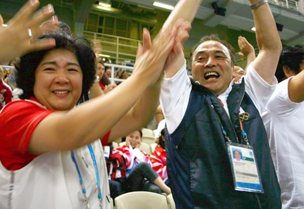 アテネ五輪で息子・直也選手の金メダル獲得を喜ぶ塚原夫妻(C)共同通信社