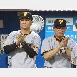 冴えない表情を浮かべることが多い高橋監督(左)と斎藤コーチ(C)日刊ゲンダイ